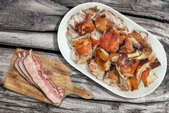 Le gourmet crachent fraîchement les tranches d'épaule de porc et les tranches de lard rôties de lard sur la planche à découper ré Image libre de droits