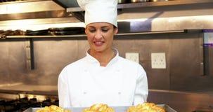 Le gourmet de cuisinier fait cuire des croissants clips vidéos