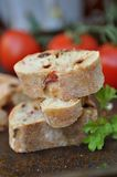 Le gourmet a fait le pain cuire au four coupé en tranches Photo stock