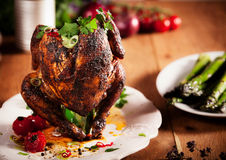 Le gourmet a grillé le poulet entier de canette de bière d'un plat blanc Photographie stock libre de droits