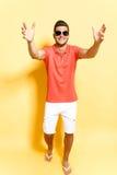 Le grabben i solglasögon som kliver in mot kamera Royaltyfri Bild
