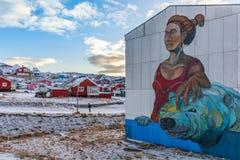 Le graffiti avec des femmes et polaires concernent le mur dans le quarte vivant Photos libres de droits