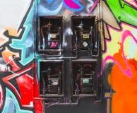 Le graffiti a couvert des compteurs à gaz photographie stock