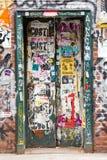 Le graffiti a couvert la porte à New York City Image libre de droits