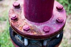 Le grand écrou ou boulon est élément sale et vieil en métal photographie stock