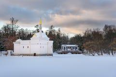 Le grand étang congelé avec le pont de Bath turc et en marbre en Catherine se garent chez Tsarskoe Selo pushkin St Petersbourg Ru photos libres de droits