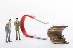 Le grand aimant utilisé par homme d'affaires pour attire le revenu d'avantage illustration libre de droits
