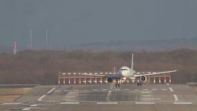 Le grand avion blanc débarque sur la piste d'atterrissage de piste à l'aéroport un jour ensoleillé clips vidéos