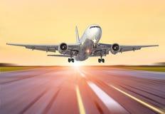 Le grand avion dans le mouvement enlèvent l'aéroport du soleil de lever de soleil de coucher du soleil de ciel de soirée Image libre de droits