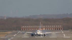 Le grand avion de passagers blanc débarque et enlève la piste d'atterrissage à l'aéroport banque de vidéos