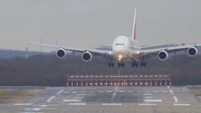 Le grand avion de passagers blanc débarque sur la piste d'atterrissage de piste à l'aéroport banque de vidéos