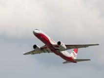 Le grand avion de passagers TU-204-100BE, rouge s'envole la ligne aérienne Photographie stock