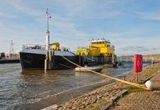 Le grand bateau a amarré à un petit port Photographie stock libre de droits