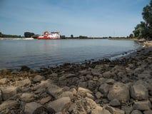 Le grand bateau de poussée conduit en amont le Rhin Images stock