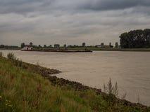Le grand bateau de poussée conduit en amont le Rhin, Grieth AM Rhein, Ger Photographie stock libre de droits