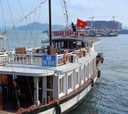 Le grand bateau de touristes blanc part marina de baie de Halong Image libre de droits