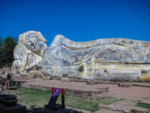 Le grand Bouddha étendu chez Wat Lokaya Sutha Temple dans Autthaya Photographie stock