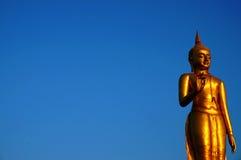 Le grand Bouddha d'or sous le ciel clair Photo libre de droits