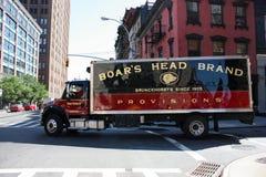 Le grand camion sur la route tourne autour le coin Photographie stock libre de droits