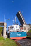 Le grand cargo va sous le pont ouvert Photographie stock