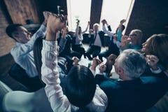 Le grand cercle d'hommes d'affaires de groupe de photo haute étroite la reposent elle il il sa fortune de démarrage de célébratio images stock
