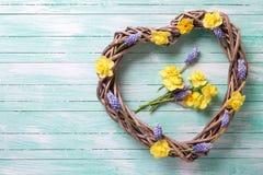 Le grand coeur décoratif et le ressort lumineux fleurit sur la turquoise W Image libre de droits