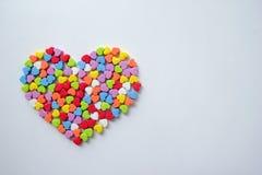 Le grand coeur de petits coeurs colorés brillants pour le jour du ` s de Valentine Photographie stock