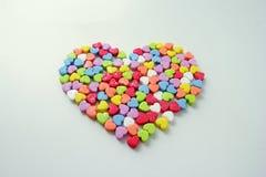 Le grand coeur de petits coeurs colorés brillants pour le jour du ` s de Valentine Images libres de droits
