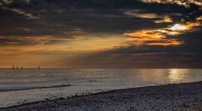 Le grand coucher du soleil puissant opacifie à l'été au-dessus de l'océan photo libre de droits