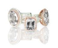 Le grand coussin a coupé le groupement moderne d'anneaux de mariage de fiançailles de halo de diamant Images libres de droits