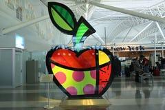 ` Le grand ` d'Apple par Romero Britto sur l'exposition permanente sur le terminal 8 à l'aéroport de JFK Photographie stock