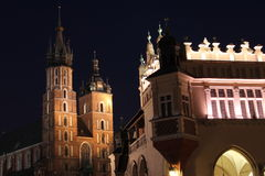 Le grand dos principal de Cracovie la nuit Photos stock