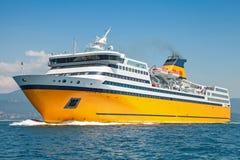 Le grand ferry-boat transportant des passagers jaune va sur la mer Photos libres de droits