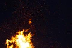Le grand feu, br?lant et rougeoyant avec les flammes molles, miroite les agains volants le ciel fonc? Nuit de Walpurgis photographie stock libre de droits