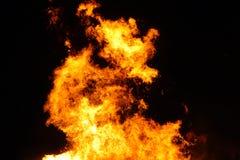 Le grand feu, br?lant et rougeoyant avec les flammes molles, miroite les agains volants le ciel fonc? Nuit de Walpurgis photographie stock