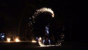 Le grand feu d'artifice suscite le burning à l'exposition du feu de nuit Mouvement lent clips vidéos