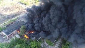 Le grand feu et tir noir de fumée d'une taille 5 banque de vidéos