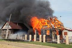 le grand incendie a détruit une maison Image libre de droits