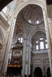 Le grand intérieur célèbre de mosquée ou de Mezquita à Cordoue, Espagne photographie stock