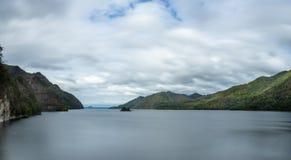 Le grand lac au milieu de la montagne, vague d'eau est lisse image stock