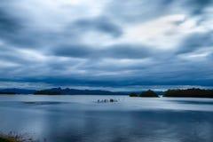 Le grand lac, la vague d'eau est lisse dans le coucher du soleil images libres de droits