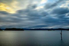 Le grand lac, la vague d'eau est lisse dans le coucher du soleil photo libre de droits