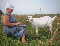 Le grand-mère écrit la lettre électronique au Th Images stock