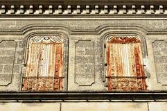 Le grand métal fermé blanc et rouillé de fenêtre shutters Image libre de droits