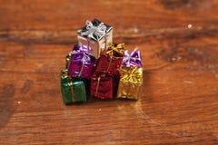 Le grand nombre de petits cadeaux sur une table en bois, se ferment  Photo libre de droits