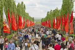 Le grand nombre des personnes est venu un jour obscurci sur le Mamayev Ku Photographie stock
