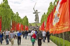 Le grand nombre des personnes est venu un jour obscurci sur le Mamayev Ku Photographie stock libre de droits