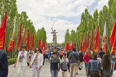 Le grand nombre des personnes est venu un jour obscurci sur le Mamayev Ku Image stock