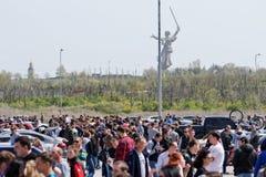 Le grand nombre des spectateurs est venu pour observer l'audio et la voiture t de voiture Photo libre de droits