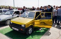 Le grand nombre des spectateurs est venu pour observer l'audio et la voiture t de voiture Image libre de droits